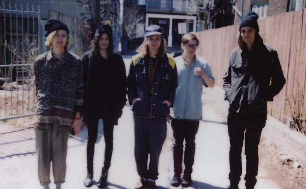 Foto von der Band DIIV, zu Hause beim Label Captured Tracks