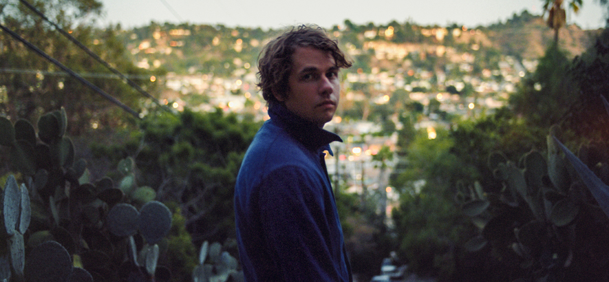 Foto von einem Mann im Grünen, der Songwriter Morby