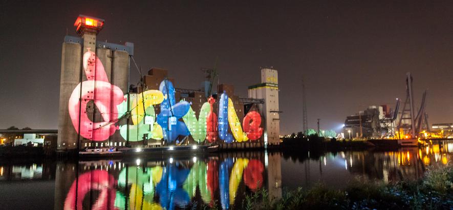 Foto vom Rethespeicher gegenüber des Festivalgeländes vom MS Dockville bei Nacht