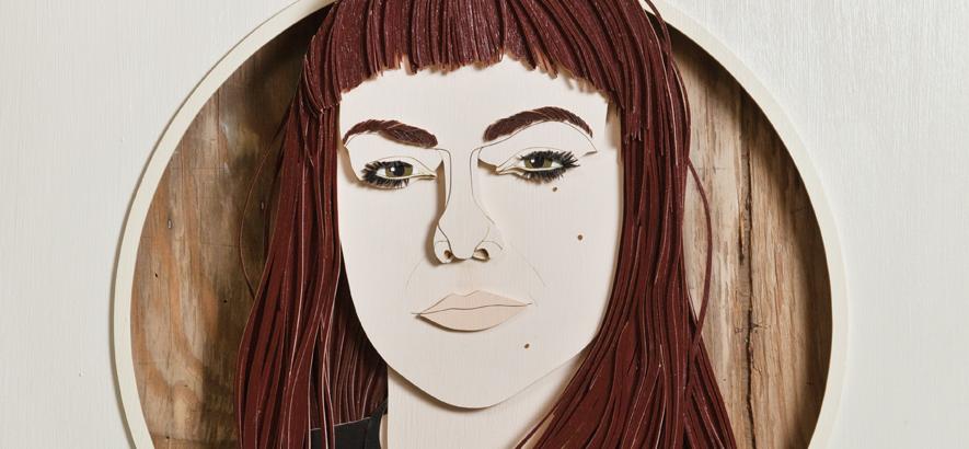 Holzschnitt von Angel Olsen, die auf der Vorderseite der Oktober-Ausgabe vom ByteFM Konzertfolder zu sehen ist