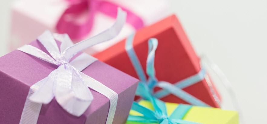 Foto von Geschenken auf weißem Grund / Verschenkt Freundschaft