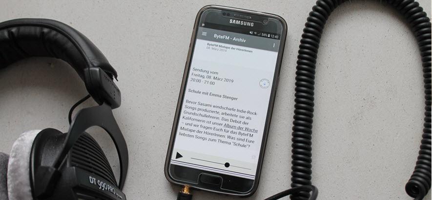 Foto von einem Android-Handy und ByteFM App