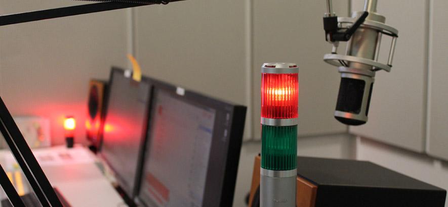 Foto eines Mikrofons und einer Anzeige aus dem ByteFM Studio
