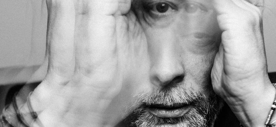 """Foto von Thom Yorke, der einen neuer Song mit dem """"Plasticine Figures"""" in der Tonight Show mit Jimmy Fallon performt hat"""