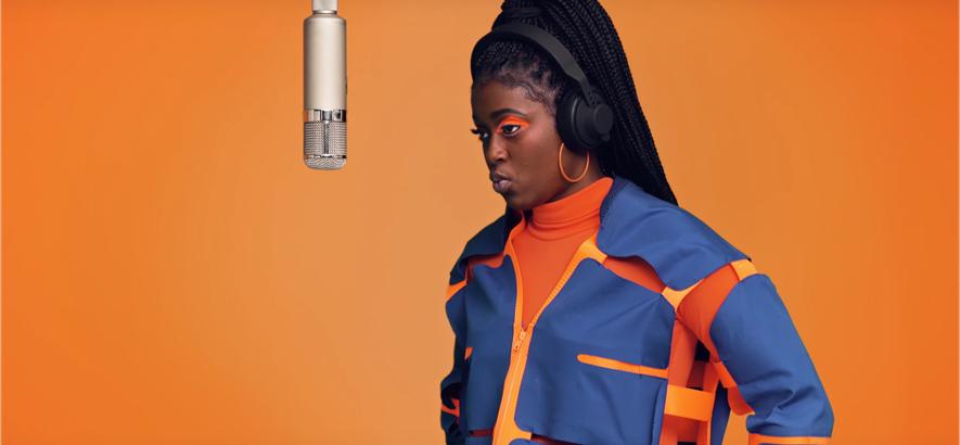 Die US-Rapperin Tierra Whack vor orangenem Hintergrund