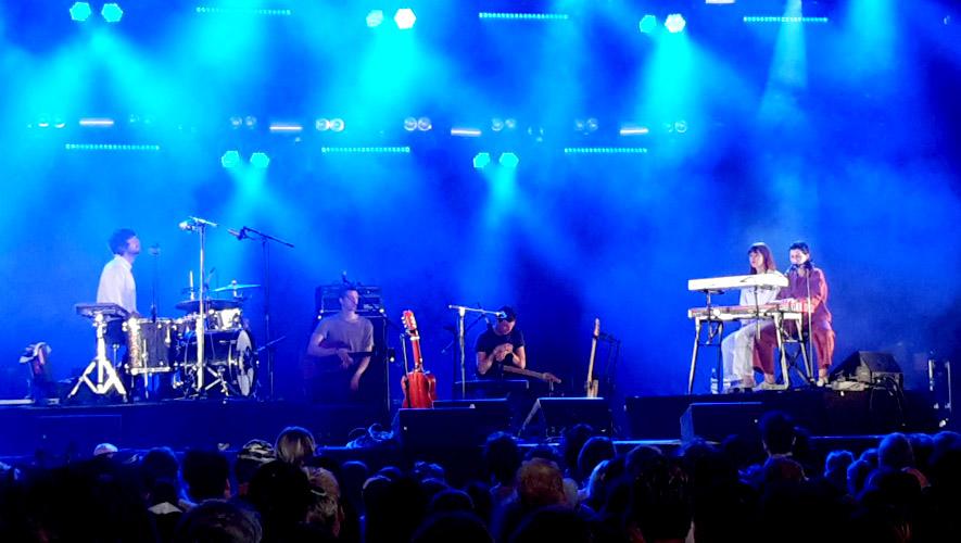 Foto der Musikerin Aldous Harding und ihrer Band beim Auftritt auf dem Roskilde Festival