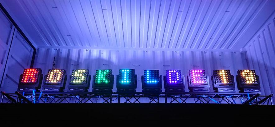 Foto von Leuchtstoffbuchstaben, die das Wort Roskilde bilden