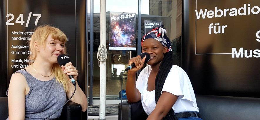Foto von der ByteFM Moderatorin Luise Vörkel und der Musikerin Awa Khiwe auf der Pop-Kultur 2019