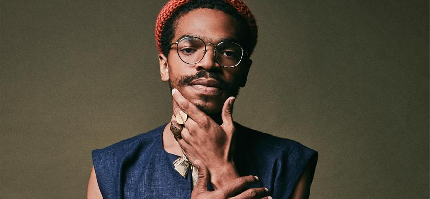 """Der Rapper Kamau Mbonisi Kwame Agyeman. Als Kamauu veröffentlichter er """"Ivy"""", unseren Track des Tages."""