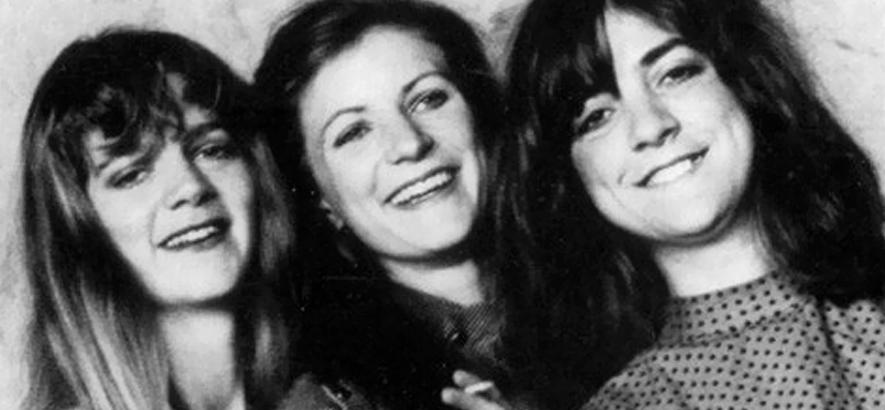 """Die Band The Raincoats. The-Kinks-Cover """"Lola"""" erschien heute vor 40 Jahren auf dem selbstbetitelten Debüt der Gruppe."""