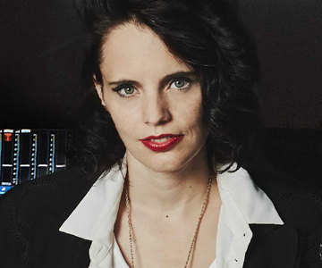 "Anna Calvi kündigt Rework-Album ""Hunted"" an"