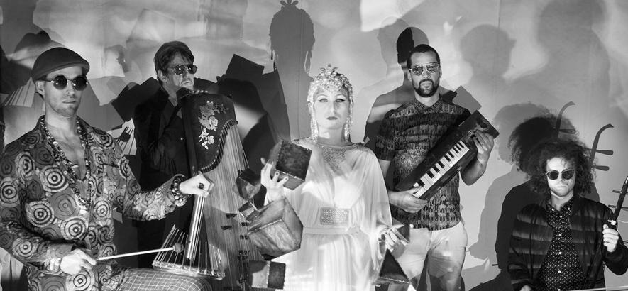 """Die Londoner Band The Heliocentrics, deren ästhetisches Weltbild sich um die Sonne dreht. Ihre Single """"Burning Wooden Ship"""" ist heute unser Track des Tages."""