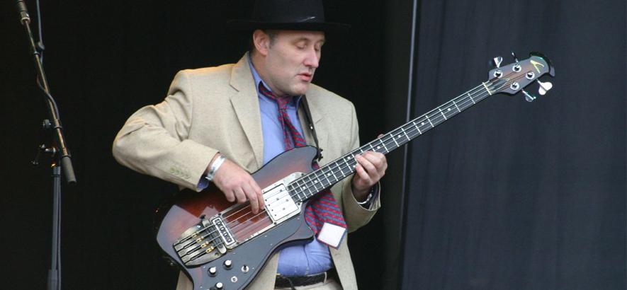 """Bassist John Wardle alias Jah Wobble. Seine Single """"A Very British Coup"""" versammelt alte PIL-Bandkollegen, Mitglieder von Killing Joke und The Pop Group sowie Produzenten Mark Andrew Weatherall für einen dissonanten Dub-Protest: Bass gegen Brexit."""