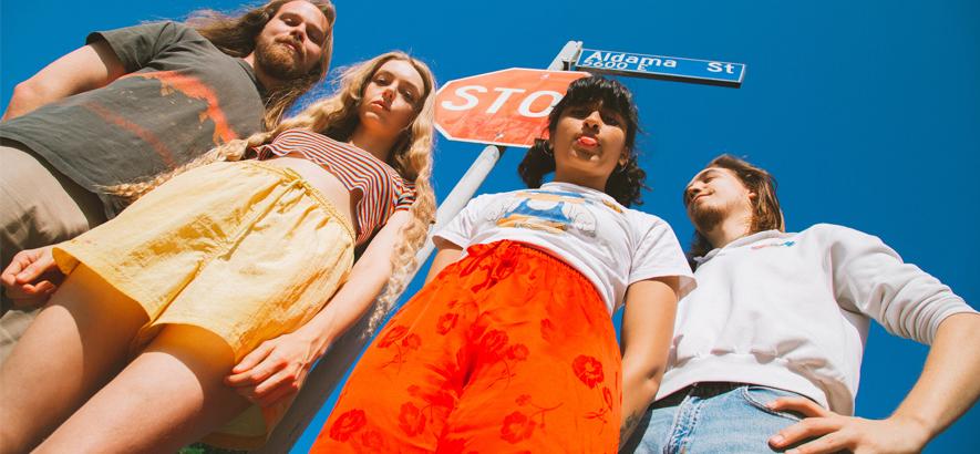 """Pressefoto der Band Mamalarky. Musikalische Raserei trifft in ihrer neuen Single """"Fury"""" auf Harmonie und Psychedelia."""