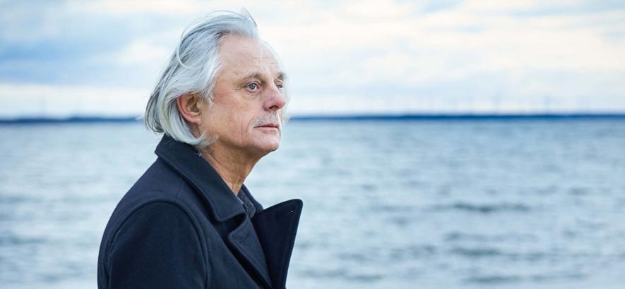 """Pressefoto von Manfred Eicher, der im Februar 2020 die Reihe """"Reflektor"""" in der Elbphilharmonie kuratiert"""