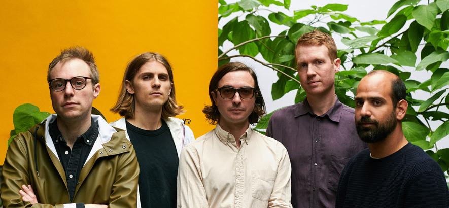 """Die Band Real Estate, deren Song """"Paper Cup"""" die Suche nach etwas Echtem widerspiegelt und heute unser Track des Tages ist."""