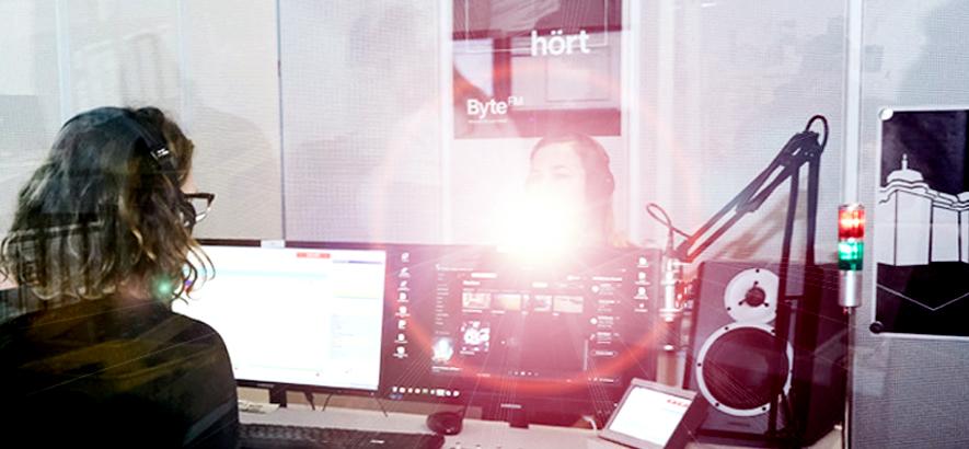 Foto von einem Mann und einer Frau, die im ByteFM Studio sitzen