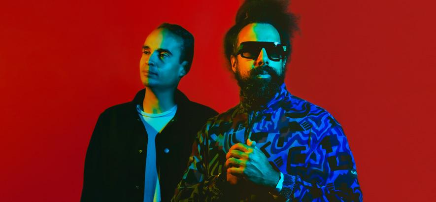 """Pressefoto von John Tejada und Reggie Watts alias Wajatta, deren """"Don't Let Get You Down"""" unser Track des Tages ist."""