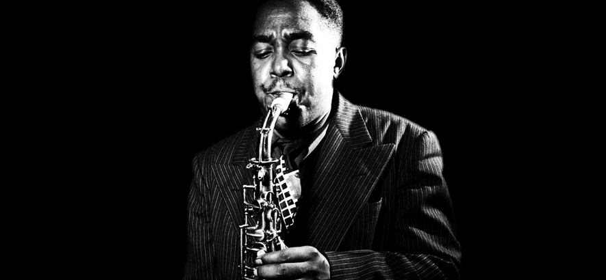 """Der Jazz-Saxofonist Charlie Parker. Noch heute wird nicht nur von Fans bewundert, sondern auch unter Musiker*innen selbst von den Größten verehrt. Seine Interpretation von """"April In Paris"""" ist anlässlich seines 65. Todestages heute unser Track des Tages."""