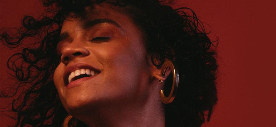 """Die brasilianische Sängerin Sarah Roston aus São Paulo. Ihre Debütsingle """"Eu Incomodo (I Bother)"""" bringt positive Beunruhigung in Form eines brasilianischen Funk-Tracks."""