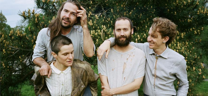 Die New Yorker Indie-Rock-Band Big Thief hat als Support für ihre Tour-Crew neue Songs veröffentlicht.