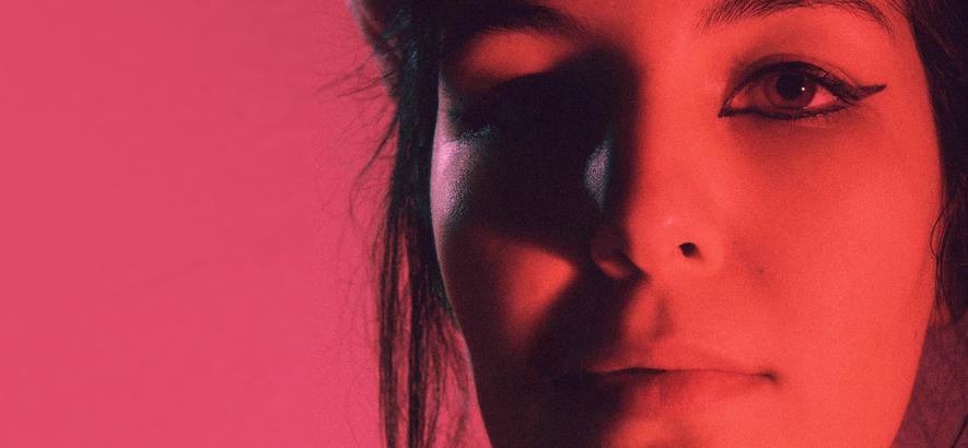 """Yasmin Kuymizakis alias Joon, die in ihrem Song """"E.T."""" über eine Person singt, die Lichtjahre voraus ist."""