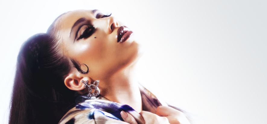 """Foto der Sängerin Kali Uchis, die im Song """"To Feel Alive"""" davon singt, überhaut etwas fühlen zu wollen."""