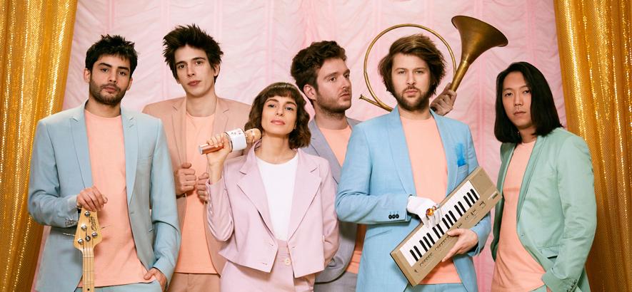 """Das Pariser Space-Disco-Sextett L'Impératrice. Das Video zur neuen Single """"Fou"""" thematisiert unterhaltsam herrschende und hypothetische Schönheitszustände."""