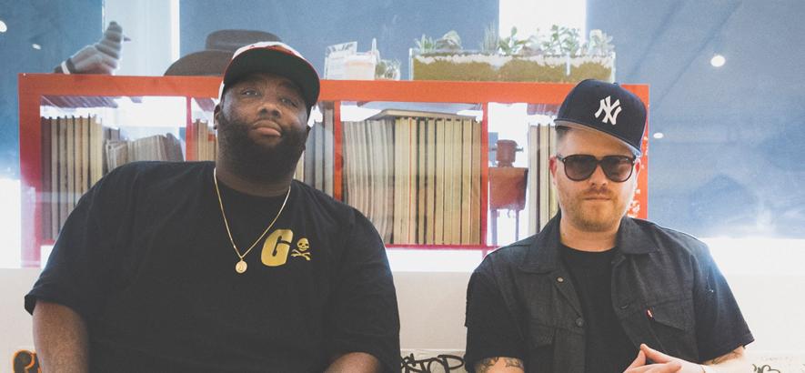 """Das US-HipHop-Duo Run The Jewels, das im Video zu seinem Stück """"Ooh La La"""" an der Wall Street Geld verbrennt."""
