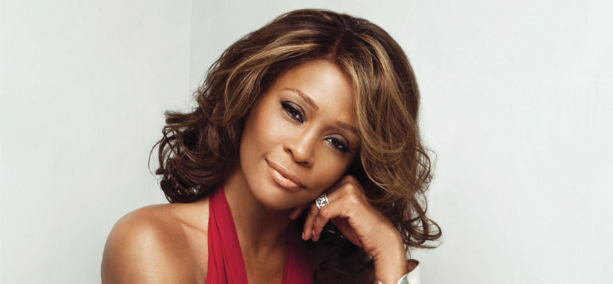 "Whitney Houston, deren Song ""I Wanna Dance With Somebody"" im Timbaland-Remix soziale Sehnsucht spiegelt."