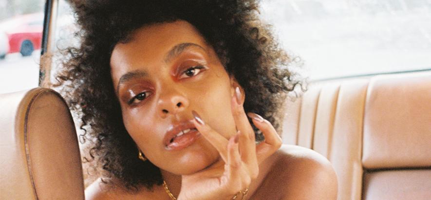 """Die Sängerin Crystal Murray, die sich im Song """"Easy Like Before"""" die verlorene Einfachheit einer Beziehung zurück wünscht."""