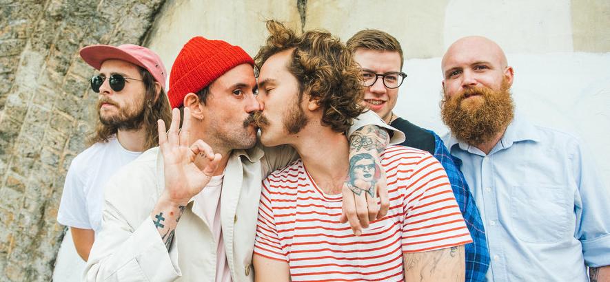 """Die britische (Post-)Punkband Idles aus Bristol. Ihr Song """"Mr. Motivator"""" und dessen Video sin so realitätsnah wie klischeefern."""