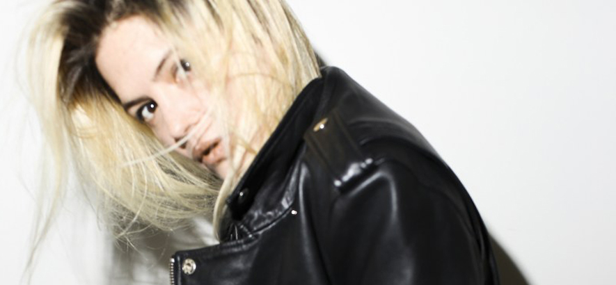 "Foto von Alison Mosshart, die mit ihrer Single ""Returning The Screw"" ein Spoken-Word-Soloalbum angekündigt hat."