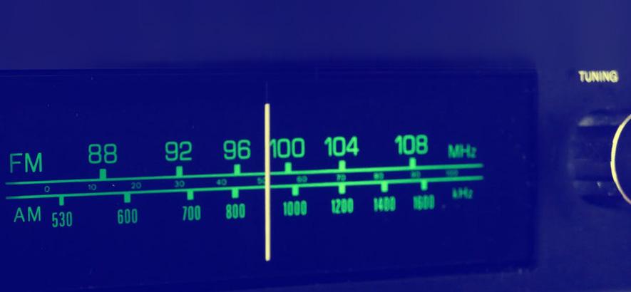 Foto eines Radios mit UKW-Anzeige.