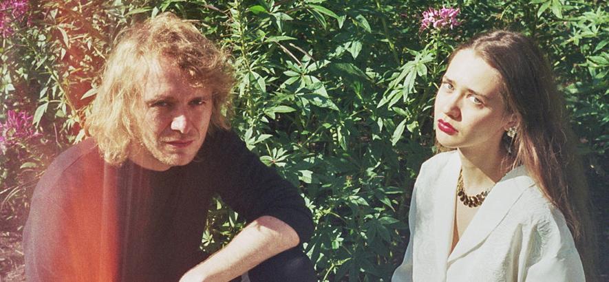 """Die Musiker*innen Blue LoLãn & Kai Hugo. Zusammen schaffen sie das Werk der fiktionalen Künstlerin Cindy, deren ausgedachte Erinnerungen sich auf ihrem fingierten, verlorenen Album """"I'm Cindy"""" manifestieren."""