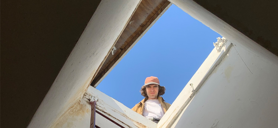 """Foto des New Yorker Musikers Max Clarke alias Cut Worms. Der Protagonist seiner Single """"Castle In The Clouds"""" findet in diesem klassischen Stück Country-Folk im Wolkenschloss nur noch leere Flure und verlassene Räume vor."""