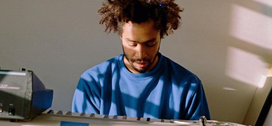 """Der Musikproduzent Duval Timothy, der in seiner Klangcollage """"Slave (feat. Twin Shadow)"""" eine direkte Kontinuität der Sklaverei in der Musikindustrie beklagt."""