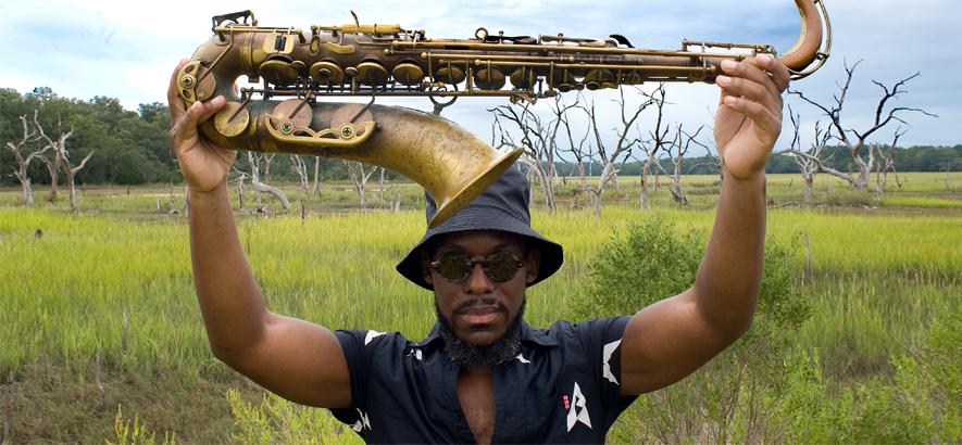 """Pressebild des New Yorker Jazz-Saxofonisten Marcus Strickland. Im neuen Video zum Remix seines Tracks """"On My Mind""""(feat. Bilal, Pharoahe Monch & Greg Tate) spielt afrozentrische Symbolik eine zentrale Rolle."""