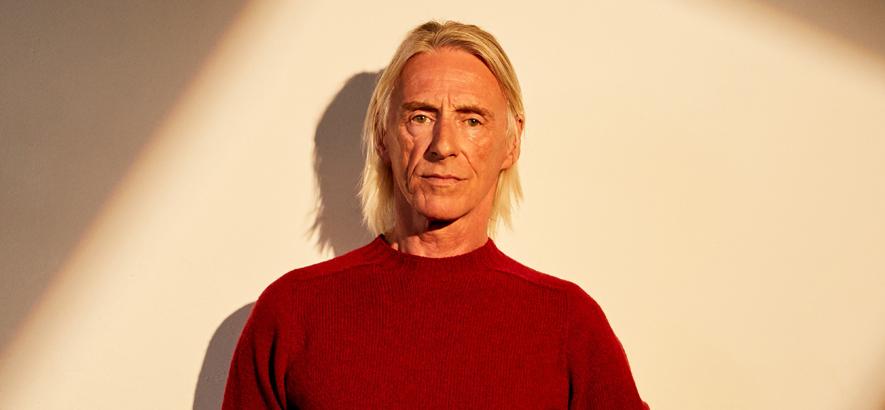 """Foto des Sängers Paul Weller, der auf seiner Single """"More"""" in stilistischer Hochform ist."""