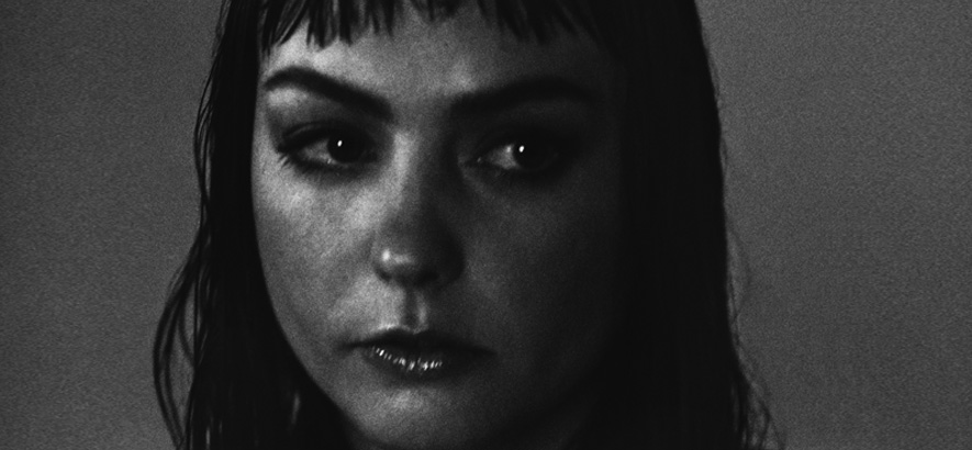 "Foto der Musikerin Angel Olsen, die ihr neues Album ""Whole New Mess"" angekündigt hat"
