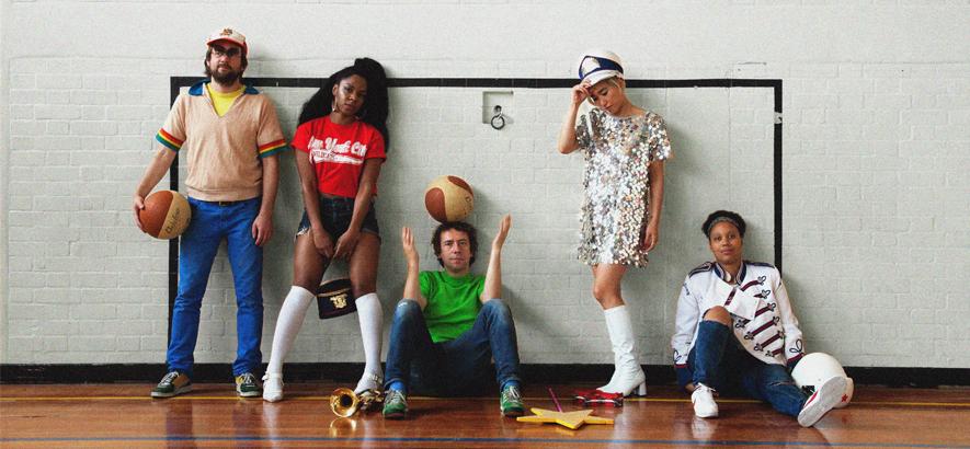 """Bandfoto von The Go! Team, deren Single """"Cookie Scene"""" mit Flöten fürs Selbstbewusstsein antritt."""