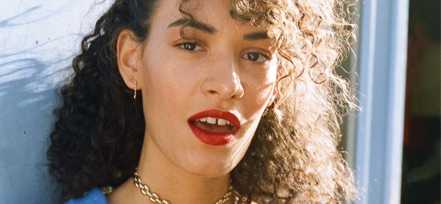 """Foto der französischen R&B-Sängerin Jäde, die mit Songs wie """"Satin"""" Slow-Jams für die Zukunft liefert."""