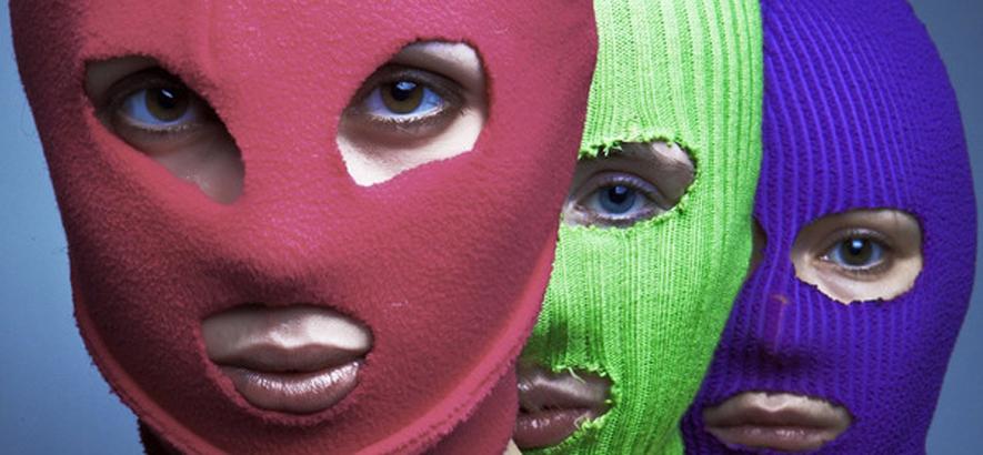 """Foto der russischen Musiker*innen von Pussy Riot, die einen neuen Track mit dem Titel """"Riot"""" veröffentlicht haben."""