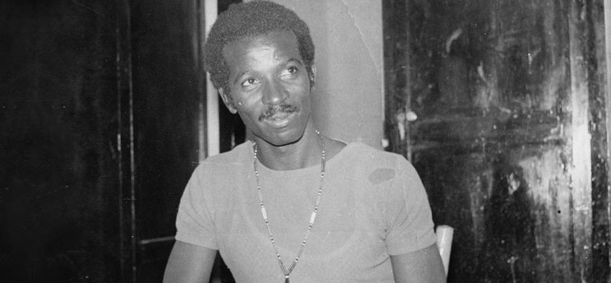 """Foto des sudanesischen Musikers Sharhabil Ahmed, dessen Song """"Argos Farfish"""" ungefähr zwischen Surf-Rock und Soul-Jazz rangiert."""