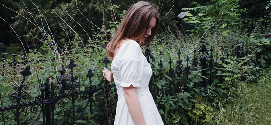 Pressebild der Sängerin Stella Sommer, deren Song von Liebe ohne Gegenstück handelt.