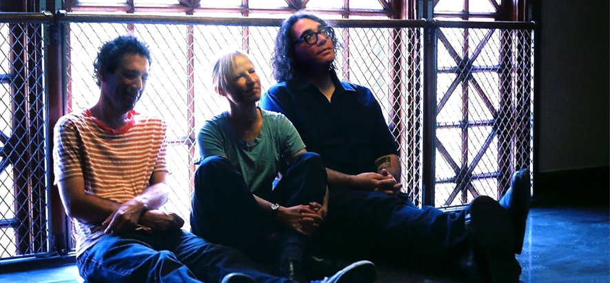 "Foto der Band Yo La Tengo, die einen neuen Track mit dem Titel ""James And Ira Demonstrate Mysticism And Some Confusion Holds (Monday)"" herausgebracht hat-"