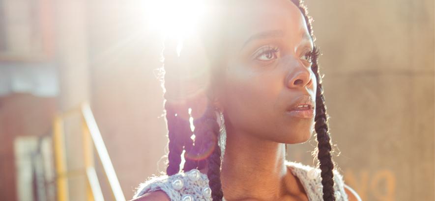 """Bild der US-amerikanischen Sängerin, Songschreiberin und Dichterin Jamila Woods, die mit """"Sula"""" ihren ersten neuen Song seit 2019 veröffentlicht hat."""