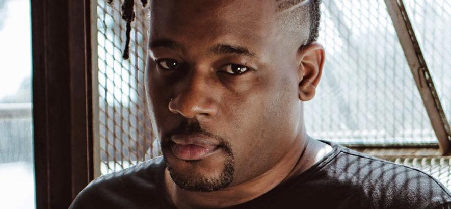 """Bild von US-Rapper Open Mike Eagle, der gemeinsam mit Kari Faux eine neue Single mit dem Titel """"Bucciarati"""" herausgebracht hat."""