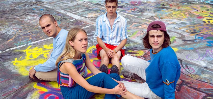 """Foto von der Band Pom Poko, die auf ihrem Stück """"Andrew"""" ein ganzes Indiepop-Universum durchquert."""