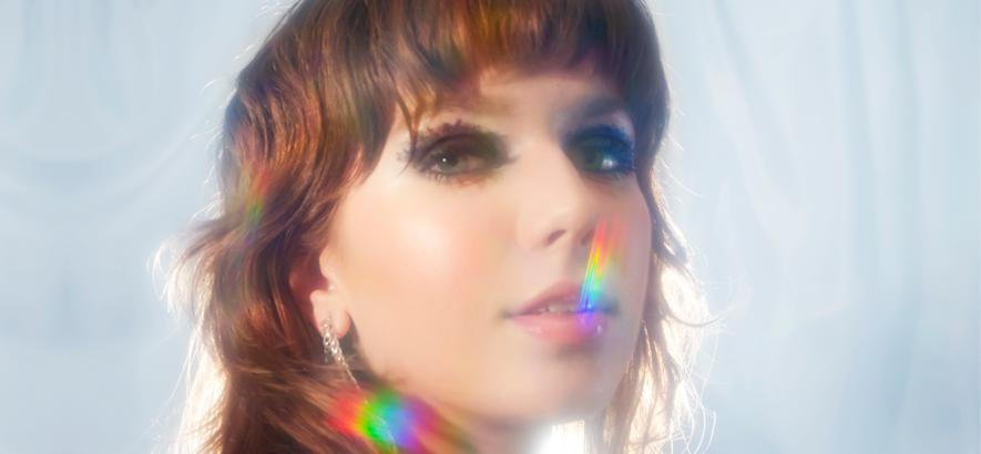 """Pressebild der Musikerin Tatyana. Ihr Song """"Over Again"""" baut Spannung auf, bietet aber keine Erlösung."""